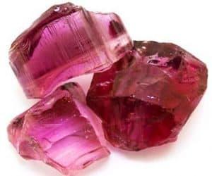 Turmalina rosa sin pulir