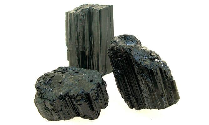 Trozos de piedra turmalina negra