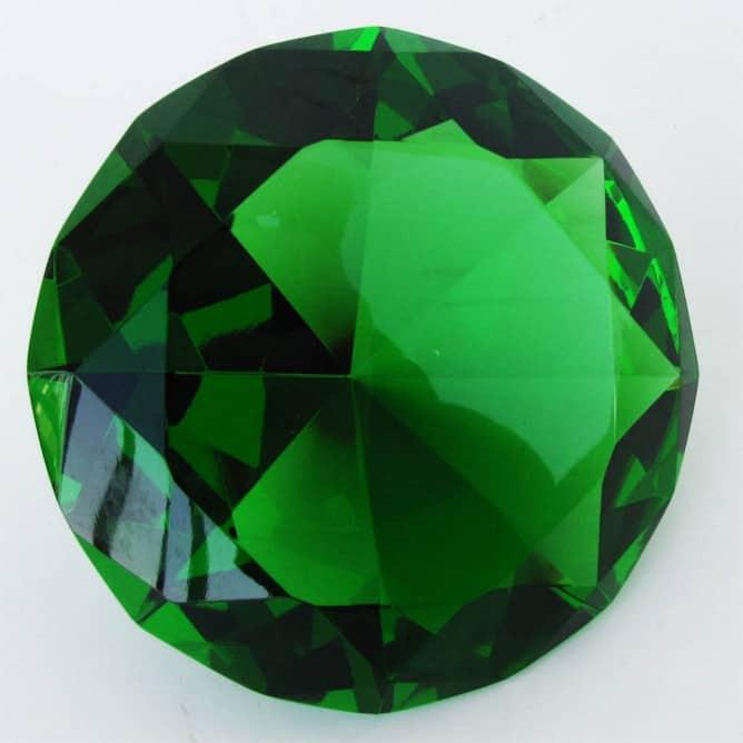Turmalina verde tallada para joyería