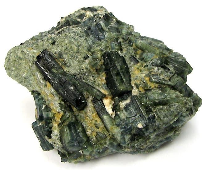 Turmalina verde en bruto
